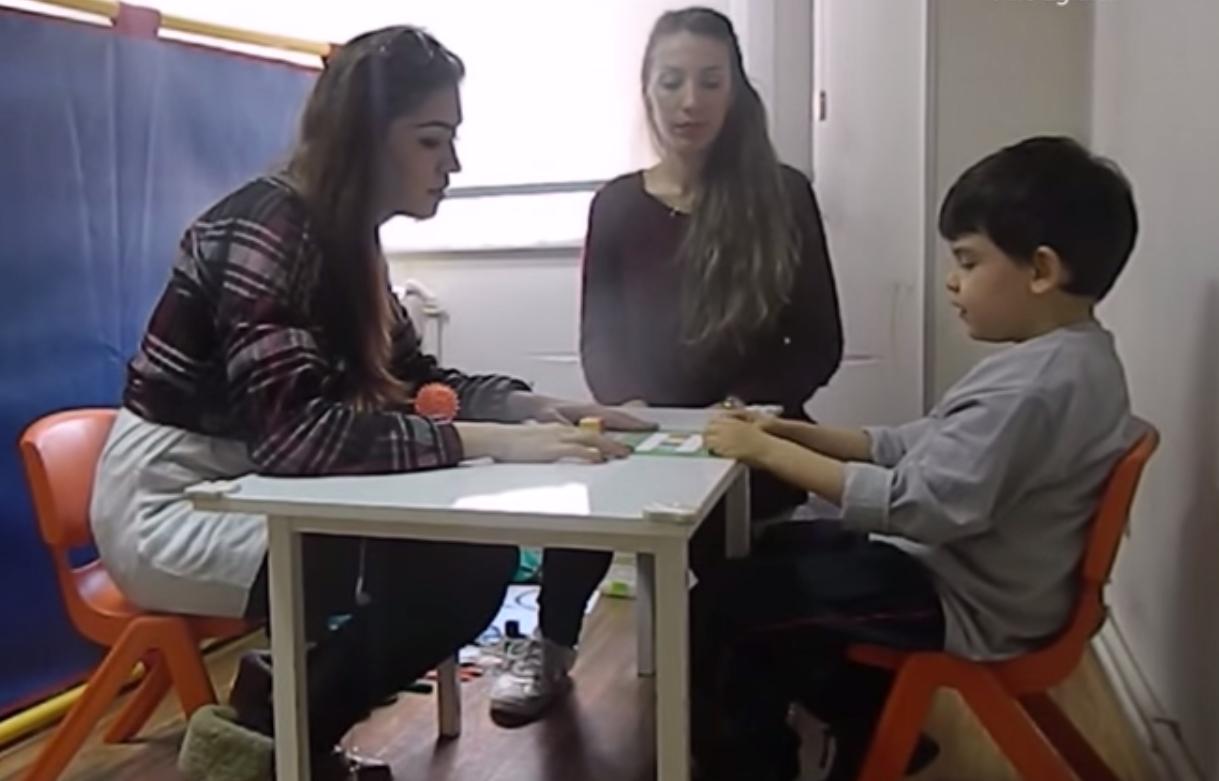 ABA Terapi (UDA) Uygulamalı Aile Eğitimi'nde Gölge Abla ile Seans – Ata
